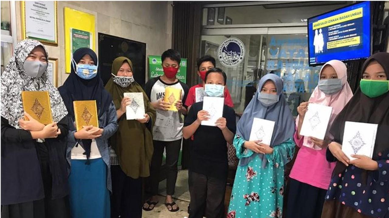 Wakaf Al Qurán bagi yatim di yayasan rahmatan lil alamin Jakarta.